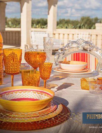 In questa foto eleganti e colorati articoli per la tavola disponibili da Palumbo e Gigante