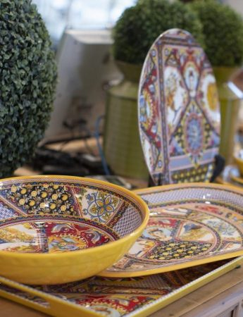 In questa immagine dei piatti in stile siciliano in vendita da Teypat