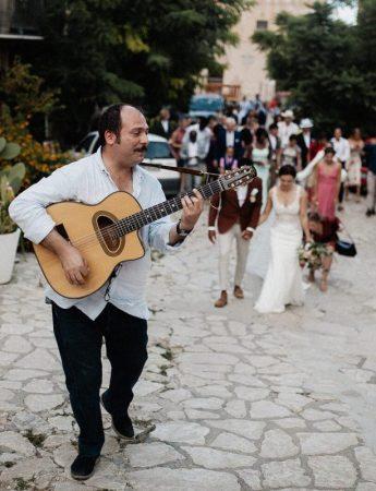 Il gruppo con una chitarra accompagna gli sposi per le strade del paese