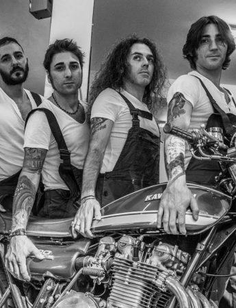 La band in una foto dal tocco vintage, molto rock