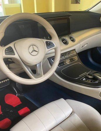 In questo scatto l'interno di una lussuosa auto disponibile al noleggio