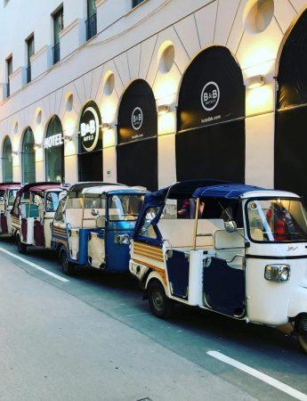 In questo scatto una fila di Apecar a disposizione di Palermo Ape Tour Luxury