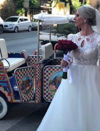 Nella foto un Ape Car noleggiata da una sposa in giro per la città di Palermo