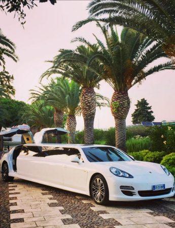 In questa foto una delle limousine disponibile da Palermo Transfer Limousine