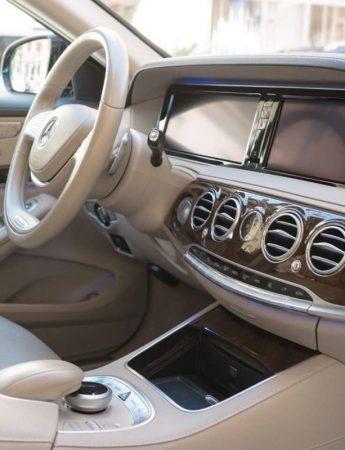 In questo scatto gli interni di una lussuosa auto a noleggio