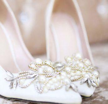 In questa foto scarpe da sposa con perline e ricami Leone Palermo