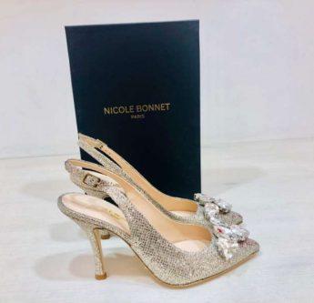 In questa foto scarpe da sposa oro con dettagli luminosi