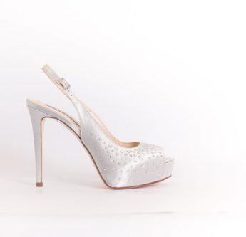 In questa foto scarpe da sposa slingback con plateau
