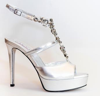 In questa foto sandali da sposa gioiello