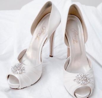 In questa foto scarpe da sposa open toe con applicazione gioiello sulla tomaia
