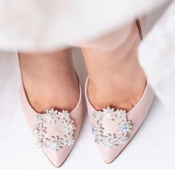 In questa foto scarpe da sposa rosa pointy toe con applicazione gioiello sulla punta