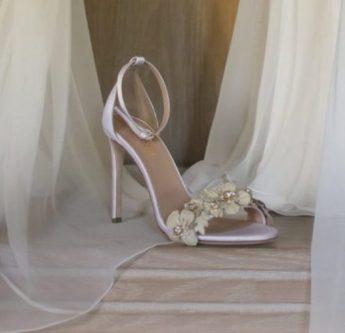 In questa foto un sandalo gioiello per sposa Sara Di Miceli Palermo