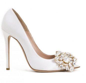In questa foto scarpe da sposa pointy toe con applicazione gioiello sulla tomaia