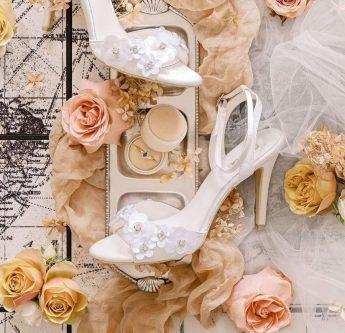 In questa foto sandali da sposa con inserti floreali Sophie Accessories