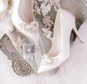 In questa foto scarpe da sposa con applicazioni gioiello Sophie Accessories