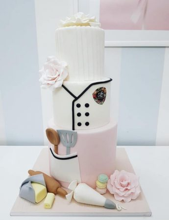 In questa foto una torta a tre piani Salvo Albicocco