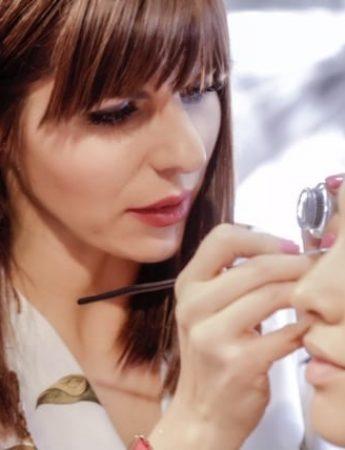 In questa foto Paula Niculita mentre trucca una modella per uno shooting