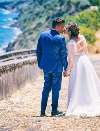 Sposi fotografati in una terrazza sul mare