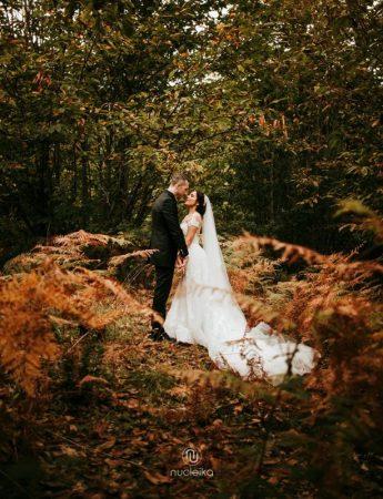 Sposi fotografati nel bosco