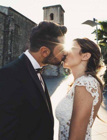 Una coppia di sposi con alle spalle un raggio di sole - foto di Santo Barbagallo