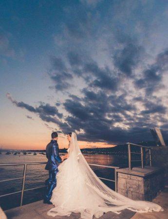 una coppia di sposi fotografata al tramonto