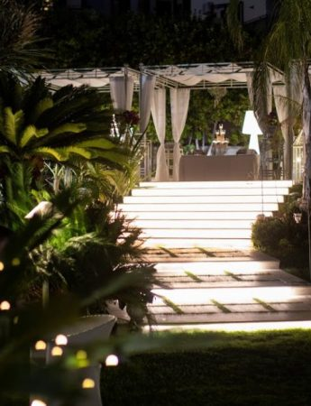 In questa foto la vista serale del giardino dell'Holiday Club Ricevimenti