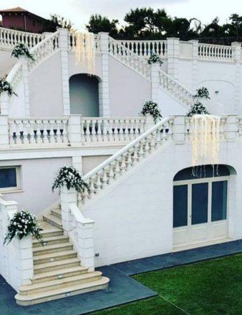 In questa foto la scalinata esterna di Villa Athena Ricevimenti a Viagrande