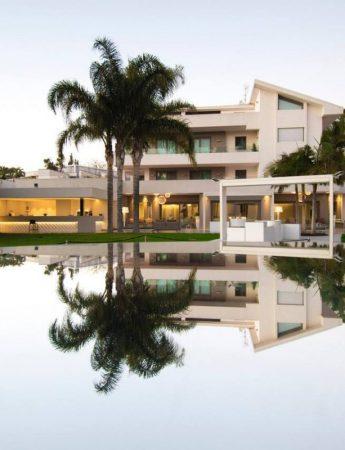 In questa foto il parco esterno con piscina di Villa Ester a San Gregorio di Catania