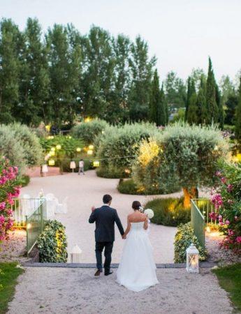 In questa foto il grande giardino di Villa Fago a Santa Venerina con una coppia di sposi