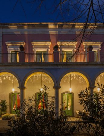 In questa foto la facciata esterna in notturna di Villa Fago a Santa Venerina
