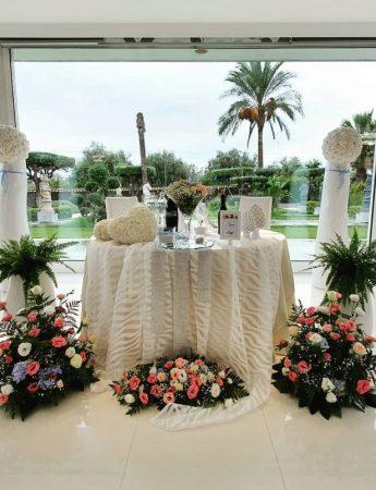 In questa foto il tavolo degli sposi allestito a Villa Garufi a Biancavilla