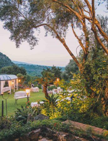 In questa foto una vista panoramica degli spazi esterni di Villa Musmeci a Santa Tecla Acireale