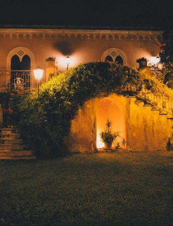 In questa foto la scalinata esterna illuminata di notte di Villa Musmeci