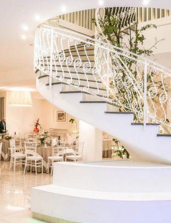 In questa foto il salone e la scalinata interni di Villa Rigoletto a Belpasso