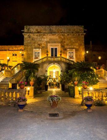 In questa foto serale la facciata esterna di Villa Boscogrande a Palermo