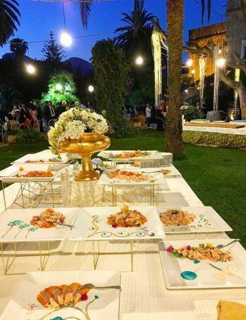 In questa foto un buffet di nozze allestito nel giardino esterno di Villa Boscogrande a Palermo