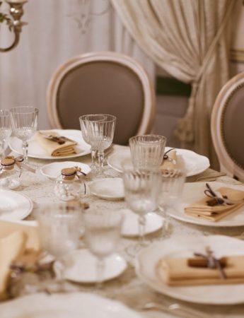In questa foto una mise en place elegante nei colori tortora, bianco e beige nella sala interna di Villa Boscogrande a Palermo
