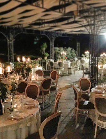 In questa foto l'allestimento di un ricevimento di nozze serale sulla terrazza esterna di Villa Boscogrande a Palermo