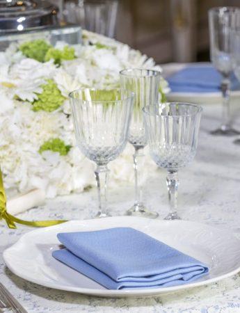 In questa foto una mise en place luxury nei colori del bianco e del turchese