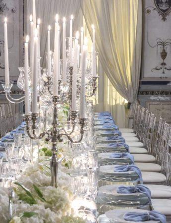 In questa foto un tavolo matrimonio imperiale allestito nella sala interna di Villa Boscogrande a Palermo. I colori scelti sono il bianco e il turchese