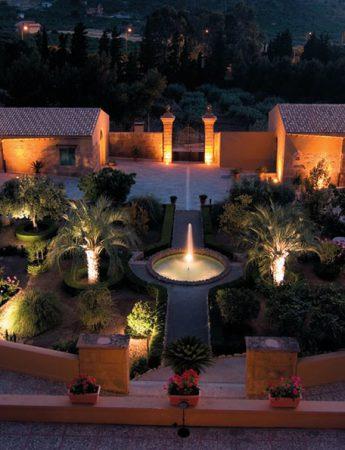 In questa foto una vista notturna di Palazzo Villarosa a Bagheria