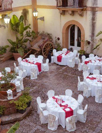 In questa foto un banchetto nel cortile interno di Villa Martorana Genuardi a Palermo
