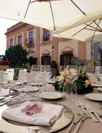 In questa foto una mise en place di un evento sulla terrazza di Villa de Cordova a Palermo