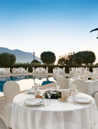 In questa foto un allestimento di nozze a bordo piscina a Villa Dominici a Carini
