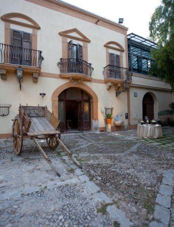 In questa foto la facciata esterna di Villa Martorana Genuardi a Palermo