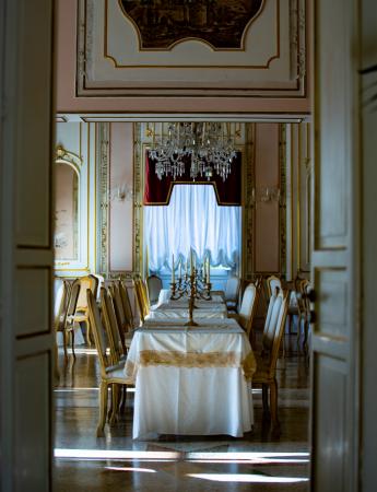 In questa foto il salone interno di Villa Ramacca a Bagheria