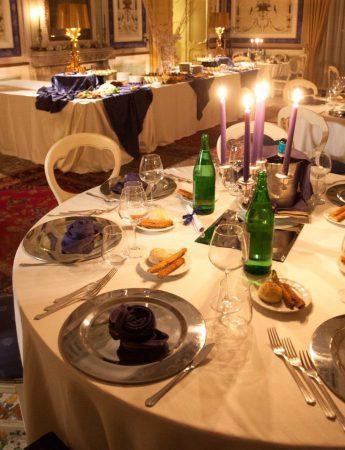In questa foto una mise en place elegante di un ricevimento di matrimonio a Villa de Cordova a Palermo