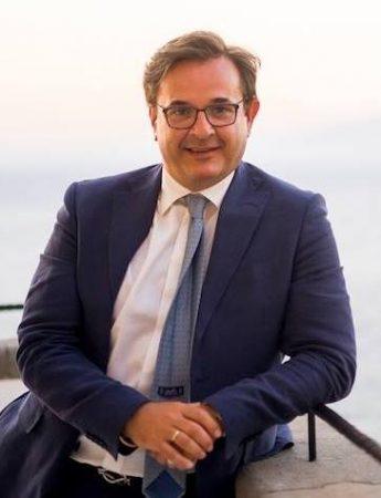 In questa foto il wedding planner Angelo Garini