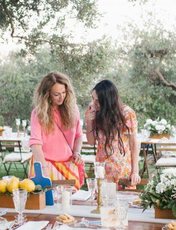 In questa foto le wedding planner Paola Cernigliaro e Daniela Natale di Centorose e un tulipano