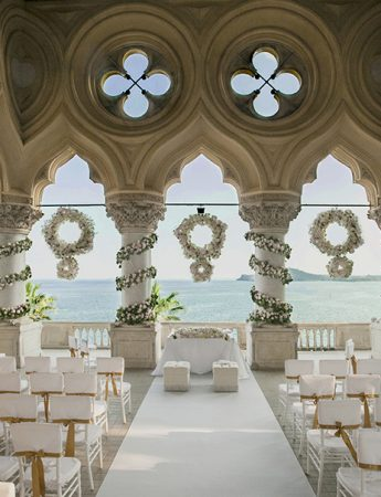 In questa foto la sala per una cerimonia civile a tema total white su una terrazza gotica che affaccia sul lago di Garda